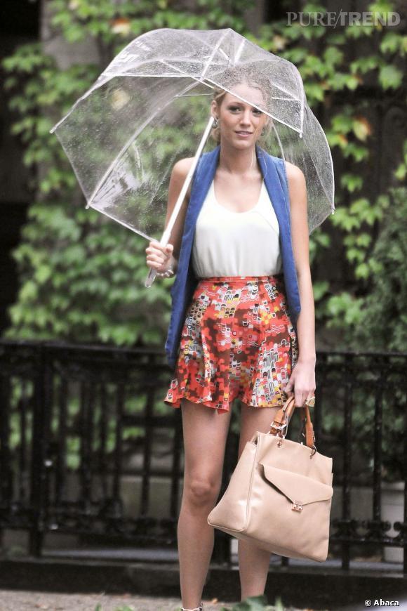Blake Lively, stylée et en mode été, même sous la pluie.