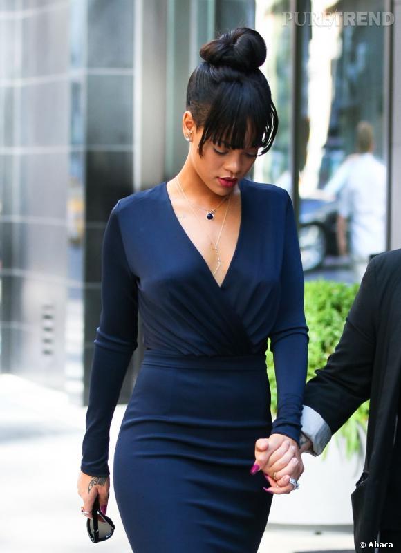 Rihanna reste très classe pour pleurer sa grand-mère. Elle se moule dans une robe bleu marine au décolleté plus sage que d'habitude...