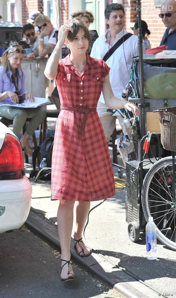 La jeune femme s'affiche d'abord dans un look très rétro avec une robe à carreaux midi.