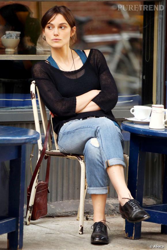 Pour coller à l'allure boyish elle enfile l'indispensable boyfriend jean. Aux pieds, une paire de de derbies.