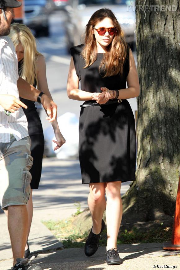 """Elizabeth Olsen en robe noire pour le tournage de """"Very Good Girls""""."""