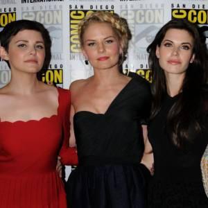 """Lana Parrilla, Ginnifer Goodwin, Jennifer Morrison, Meghan Ory et Emilie de Ravin : l'équipe de """"Once Uppon a Time""""."""