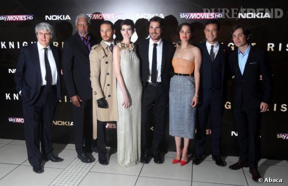Anne Hathaway prend la pose avec l'équipe du film : Tom Conti, Morgan Freeman, Tom Hardy, Christian Bale, Marion Cotillard, Joseph Gordon-Levitt et Cillian Murphy.