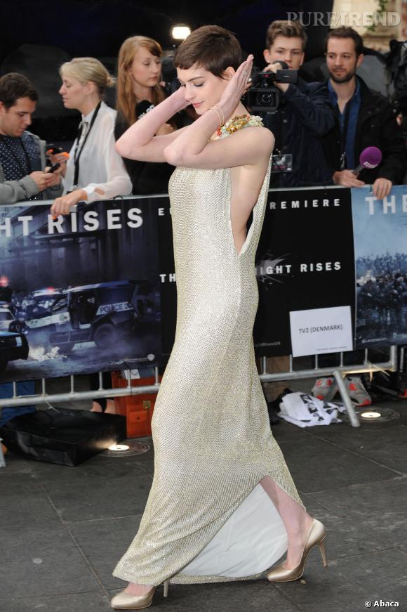 La jeune femme mise sur une longue robe Gucci avec des emmanchures dramatiques, agrémentée d'un collier plastron comme sur les silhouettes de la collection Croisière 2013.