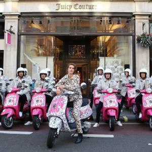 Tali Lennox joue les bikeuse girly en compagnie des mannequins masculins de Juicy Couture.