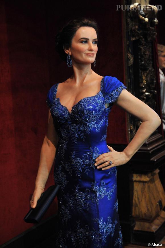 Habillée d'une magnifique robe bleue en dentelle et coiffée d'un chignon, Peneope sourit au public. Enfin, le futur public du musée !