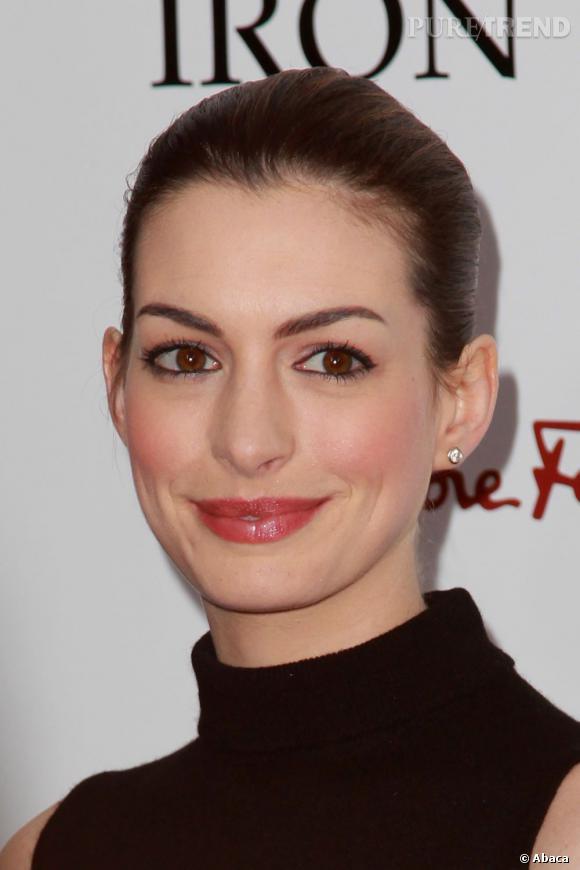 """Dans la catégorie """"Je veux les yeux de"""" : Anne Hathaway      On aurait parié que c'était son sourire qui était le plus demandé, et pourtant, les clientes de la chirurgie sont surtout envieuses des yeux en amande d'Anne Hathaway, la belle Catwoman dans le dernier Batman."""
