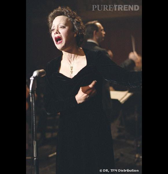 """Dans """"La Môme"""", Marion Cotillard se mue en Edith Piaf grâce à la magie des prothèses et du make-up. Le résultat est bluffant."""