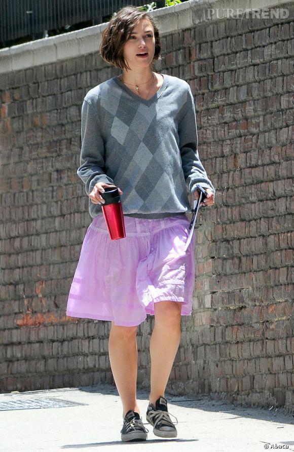 """Dans """"Jusqu'à ce que la fin du monde nous sépare"""", on ne peut pas dire que Keira Knightley soit des plus séduisante. Carré décoiffé, make-up discret et look... intéressant, l'actrice ne joue pas la carte du glamour."""