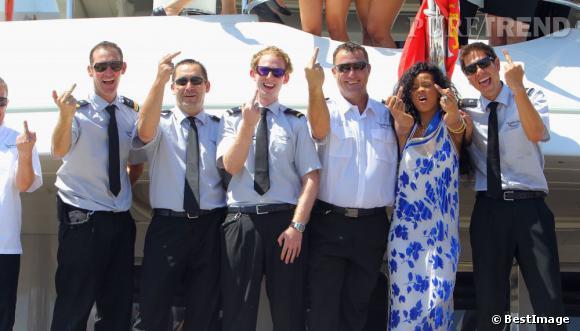 Rihanna pose pour une photo souvenir avec l'équipage du yacht qu'elle occupait sur la Côte d'Azur. Elle a même dédicacé leur scooter !