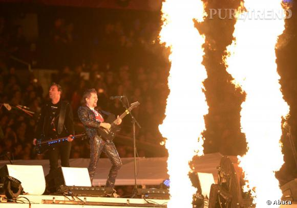 Avec son costume à sequins Matt Bellamy de Muse passe du piano à la guitare et met le feu, au sens propre comme au figuré.