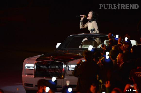 Moulée dans sa combinaison Vivienne Westwood, Jessie J faits on entrain en Rolls-Royce décapotable.