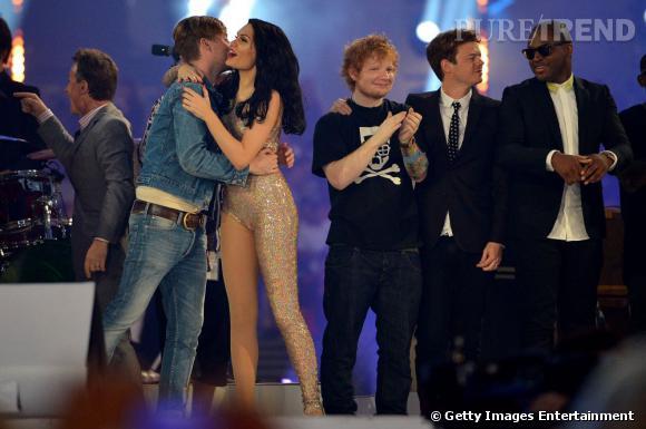 """Chanteur masculin de l'année lors des derniers Brit Awards, Ed Sheeran affiche son style cool après avoir interprété """"Wish you were here"""" des Pink Floyd."""
