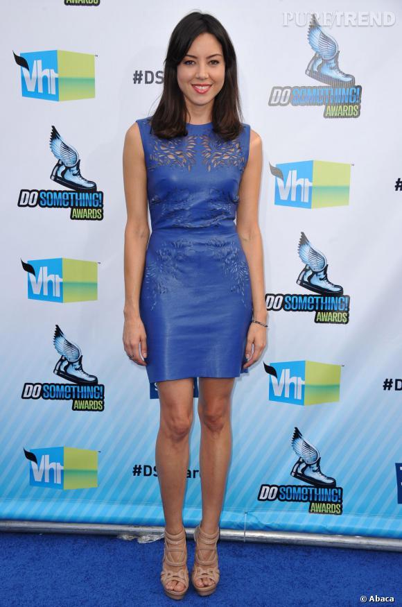 Aubrey Plaza joue le ton sur ton avec le tapis bleu, dans une robe finement découpée façon destroy