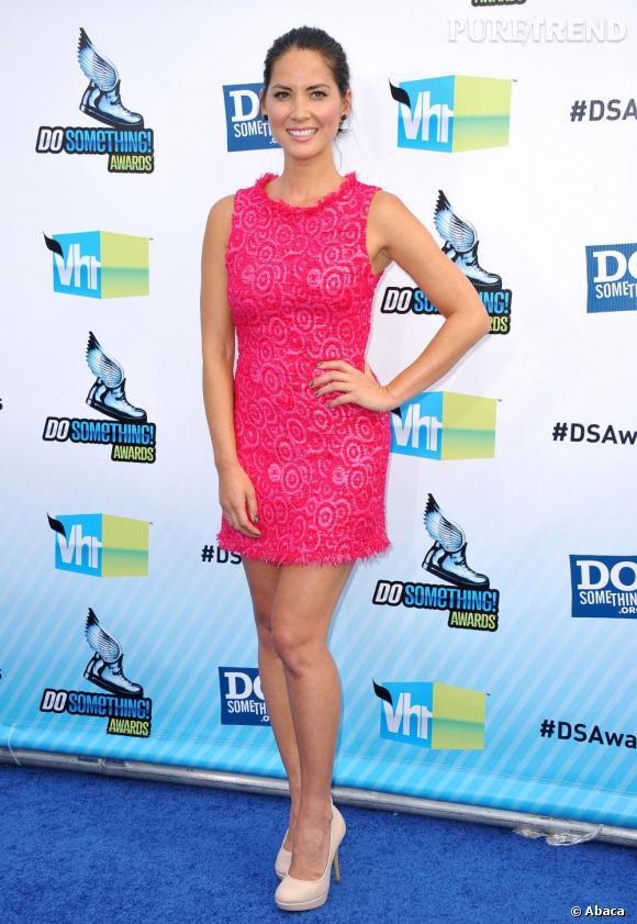 Olivia Munn mise sur le rose vif, dans une robe courte aux légers motifs de spirale