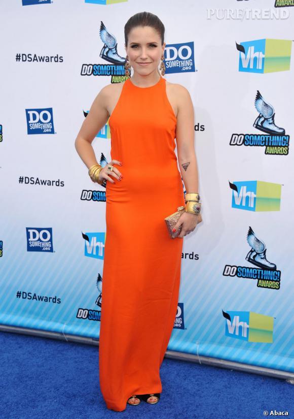 Sophia Bush ne se lasse pas du orange et met une nouvelle robe vitaminée