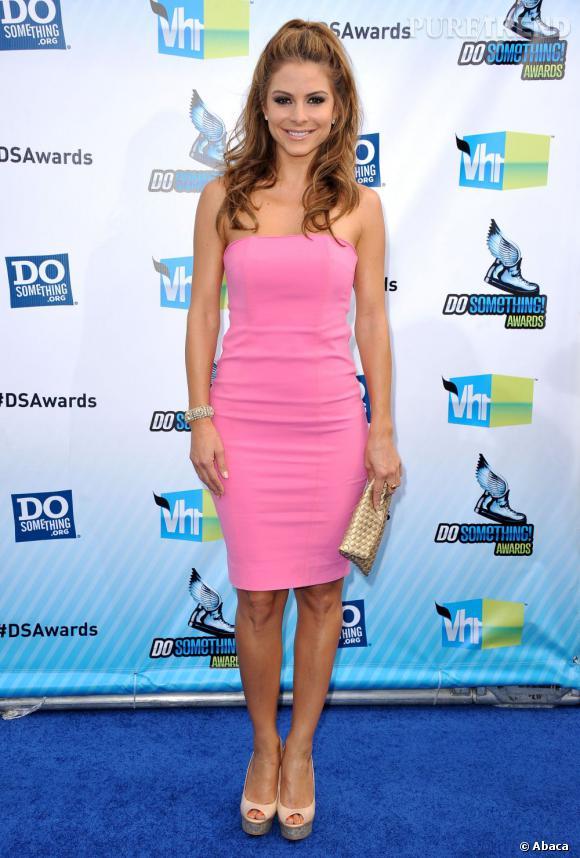 Maria Menounos ose le rose Barbie, dans une robe très sage de devant...