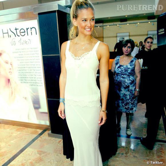 Le top model était lumineuse pour le lancement de sa collection de bijoux H Stern.