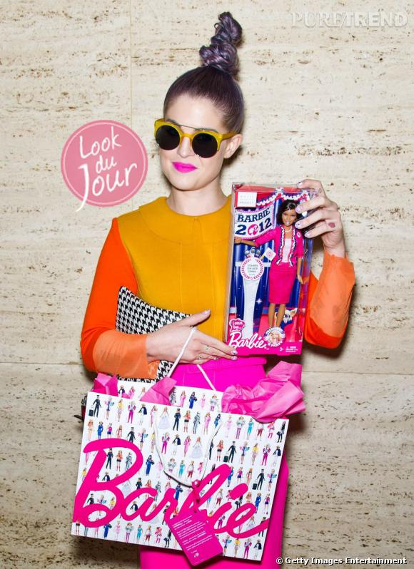 Robe rose, orange et jaune : Kelly Osbourne ose le fluo, parfait avec ses nouvelles Barbie.