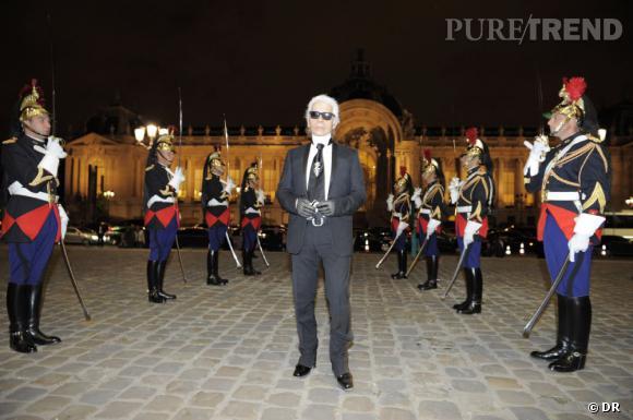 Karl Lagerfeld prend la pose devant le Grand Palais.
