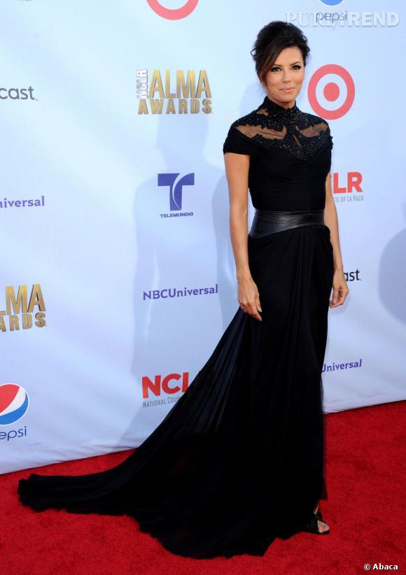 Eva Longoria avait prévu deux tenues pour la soirée. Une longue robe noire au buste décoré de dentelle et sequins...