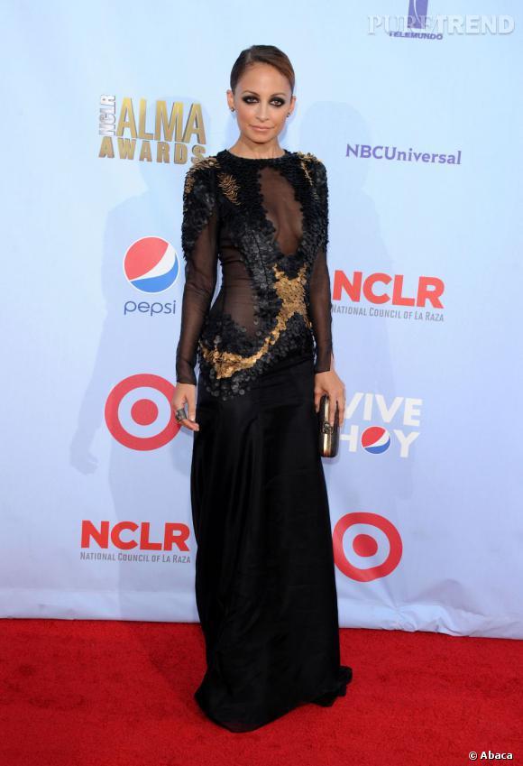 Nicole Richie parvient à twister la traditionnelle robe noire en y ajoutant des sequins dorés. Effet antique garanti !