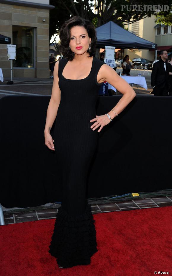 """Lana Parrilla, la méchante reine de """"Once Upon A Time"""", a fait sensation dans une robe fourreau noire."""