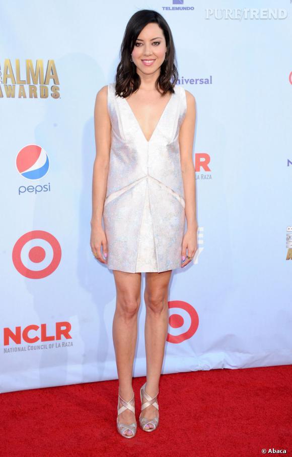 Aubrey Plaza choisit au contraire une robe courte et immaculée.