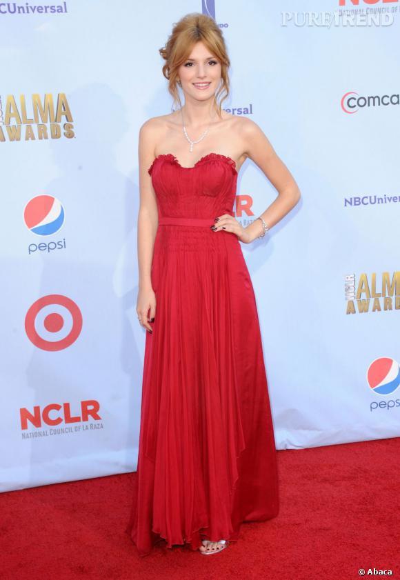 Bella Thorne a attiré tous les regards en portant une robe bustier rouge au milieu des robes noires.