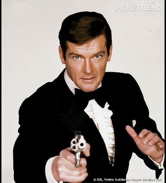 Roger Moore incarne l'agent 007, James Bond.