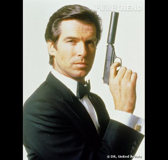 Pierce Brosnan incarne l'agent 007, James Bond.