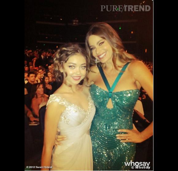 Le casting de Modern Family était à l'honneur pour les Emmy Awards ! Ici, Sarah Hyland pose avec Sofia Vergara.