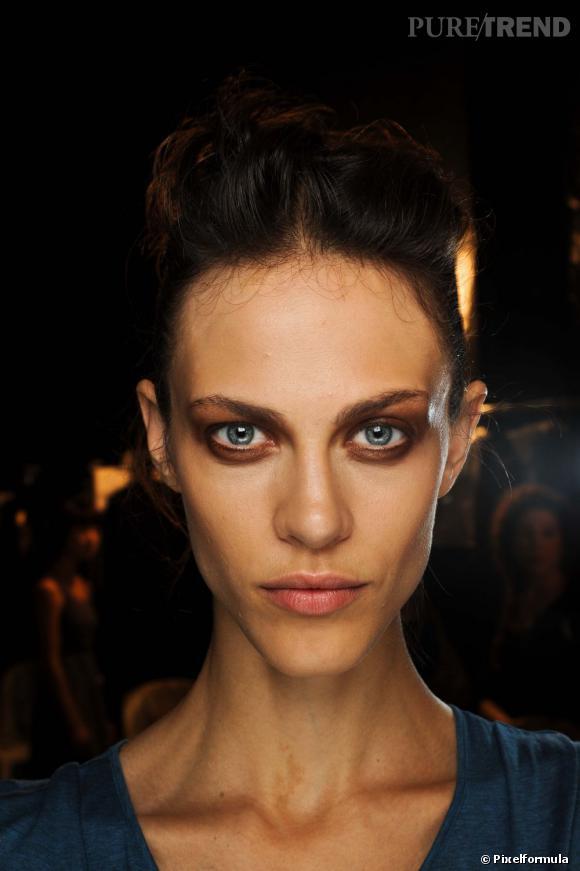 Portrait beauté de top : Aymeline Valade en 15 make-up Sur le défilé Haider Ackermann printemps-été 2012, Aymeline Valade affiche un teint parfait.