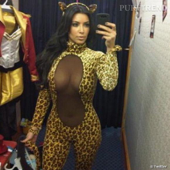 Kim Kardashian en plein essayage de costume d'Halloween ! Choisira-t-elle le léopard sexy ou la majorette ?