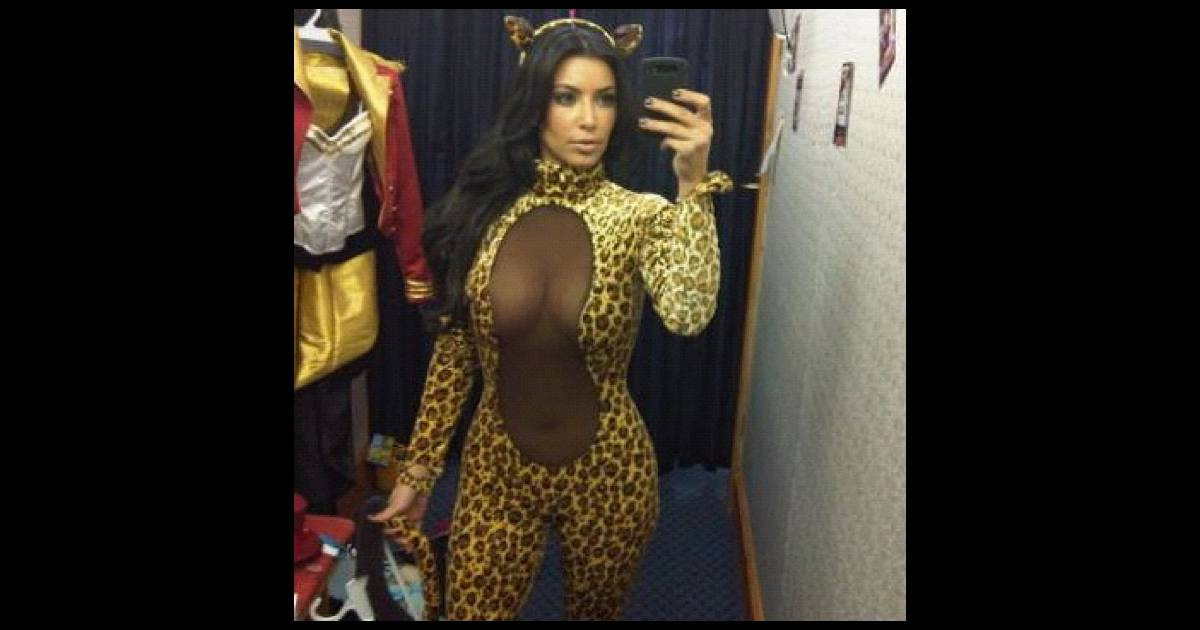 Kim kardashian sauvage et sexy dans son costume d - Costume halloween homme original ...