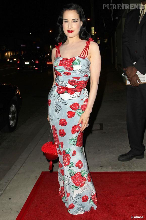 """Pour le lancement de sa collection """"Dita von Teese"""", la star mise sur une longue robe fourreau très colorée !"""