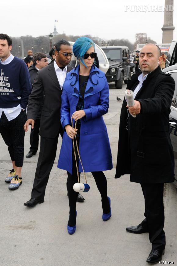Modeuse, elle se rend à la fashion week parisienne.