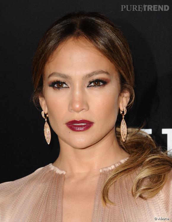Jennifer Lopez illumine son maquillage sombre grâce à une paire de boucles en diamants.
