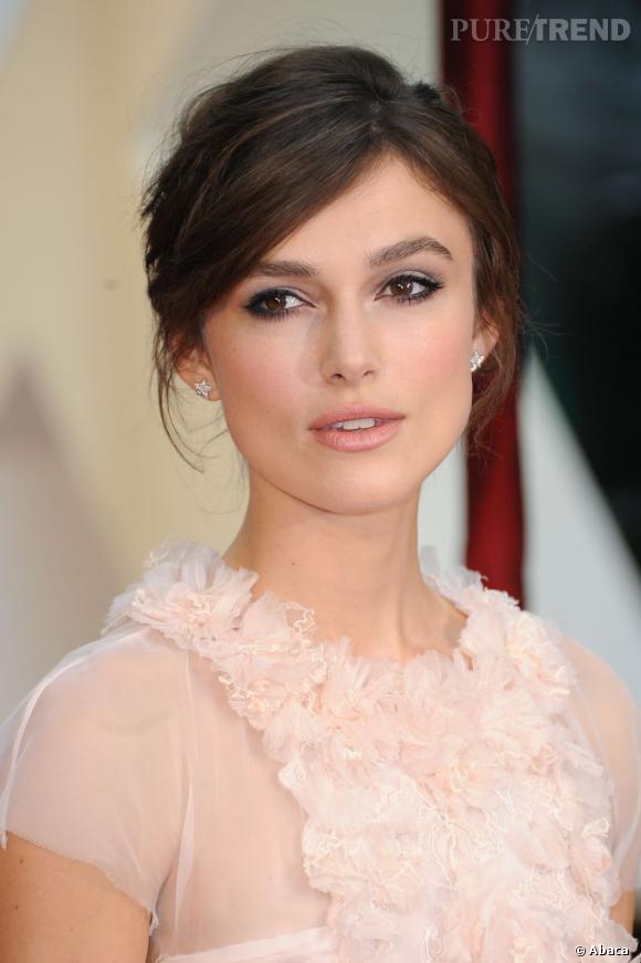Pour accompagner sa robe rose pastel, Keira Knightley a opté pour le smoky dans les tons beiges.
