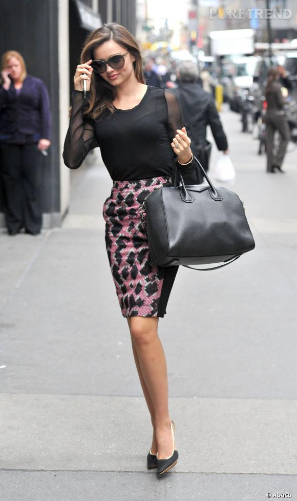 Toujours très élégante, Miranda Kerr s'essaie ce jour-là à la jupe au motif abstrait.