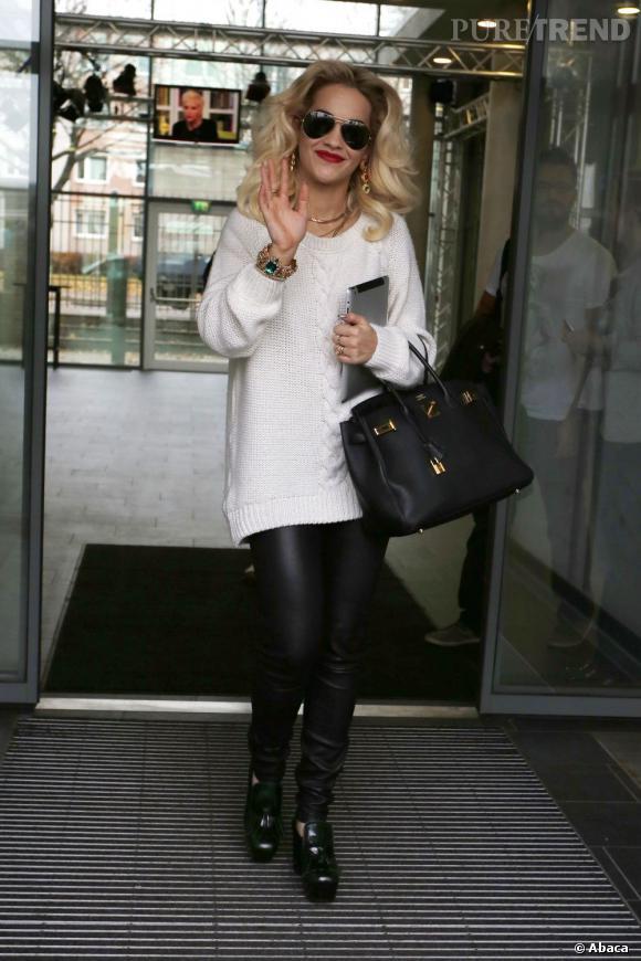 Rita Ora calme le jeu et s'offre un look parfait à Berlin.