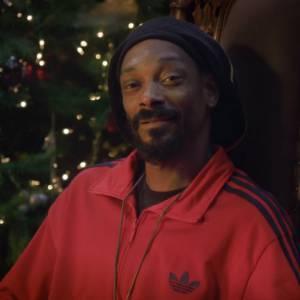 Réchauffez-vous au coin du feu, Snoop Lion va vous raconter un conte de Noël.