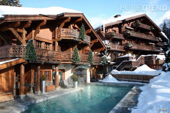 Au Chalet Mont d'Arbois, à Megève, on s'offre une petite baignade dans la piscine intérieure-extérieure chauffée à 30°C.