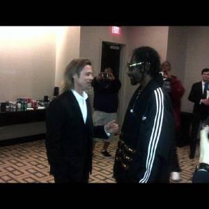 Snoop Dogg est de toutes les soirées et discute ici avec Brad Pitt...