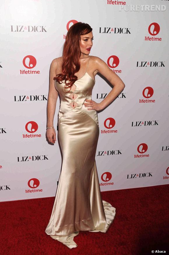 """Le flop """"satiné"""" : Lindsay Lohan déborde de sa robe de sirène en satin et à la chevelure colorée bon marché."""