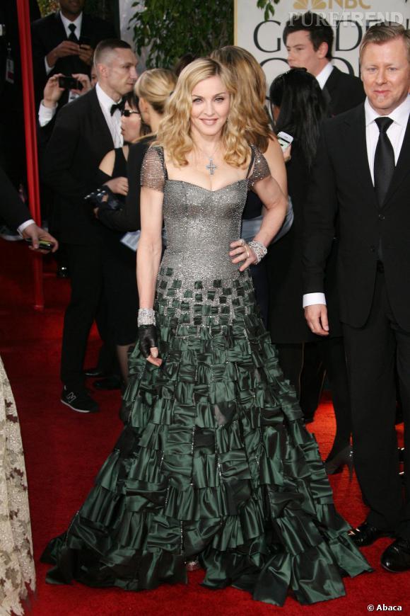 """Le flop """"princesse"""" :  Madonna en fait des tonnes, mais on n'a jamais vu une princesse avec des gants de motarde."""