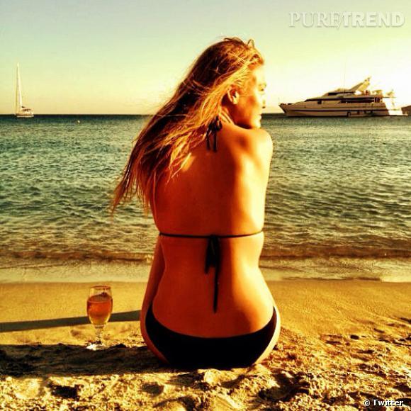 Bar Refaeli nous rend jalouse en posant en bikini au bord de la mer.