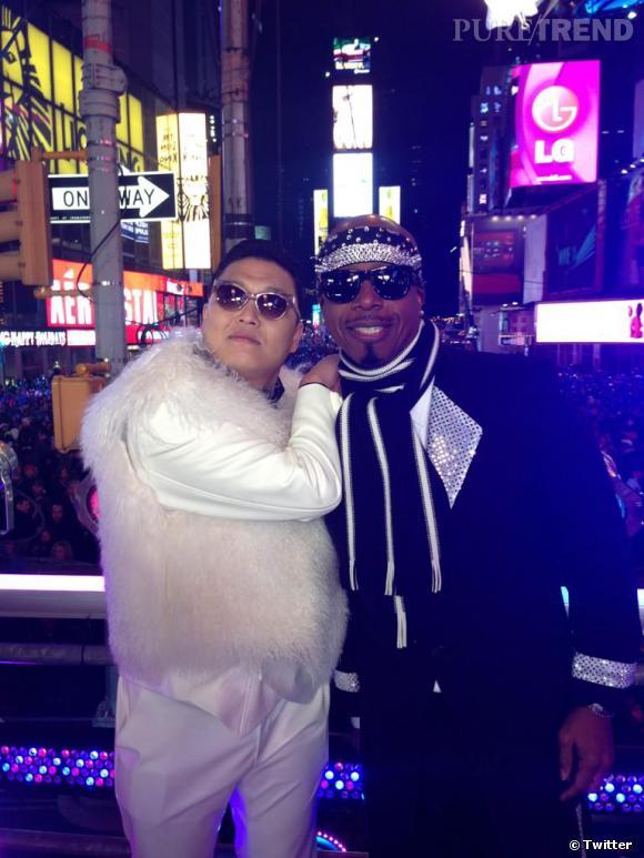 Psy a fait danser Time Square avant de prendre la pose avec MC Hammer.