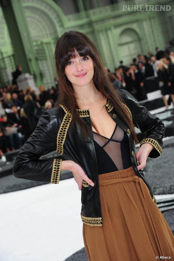 Les plus belles apparitions de Charlotte Le Bon : Au défilé Chanel printemps-été 2011, elle joue la carte du naturel. Une légère touche de crayon noir et un rouge à lèvres rose tendre viennent parfaire son look.
