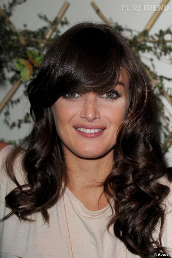 Les plus belles apparitions de Charlotte Le Bon : Tendance 70's pour la comédienne qui boucle sa chevelure brune. Dommage que la frange soit si épaisse...
